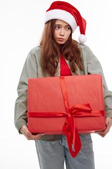 산타 모자 휴가를위한 슬픈 소녀 선물 상자