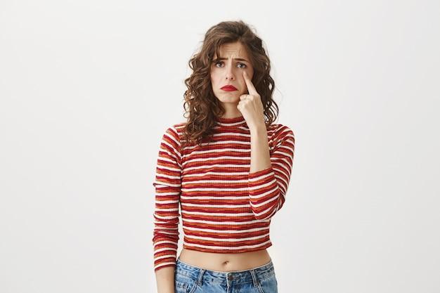 涙、悲しみを示す悲しい悲観的な女の子