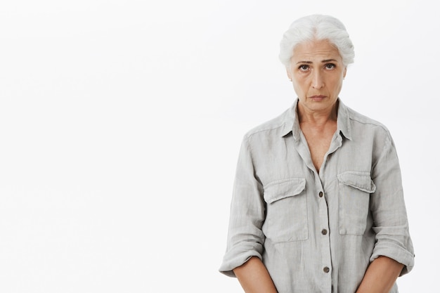 Nonna triste e cupa che sembra a disagio