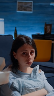 Грустная безнадежная одинокая женщина, смотрящая в камеру, плачет, чувствуя себя отчаянно подавленной, расстроенной, подчеркнуто