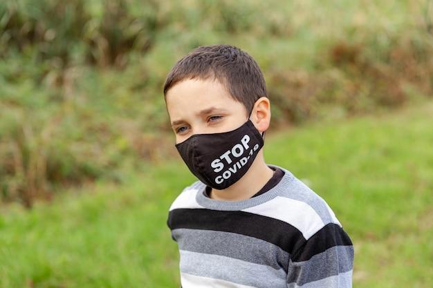 의료 보호 얼굴 마스크에 슬픈 아이. 바이러스 차단 명령 해제. 사회적 거리두기. 검역, 질병, 감염. 바이러스 보호, 코로나 바이러스 전염병, 코로나 19 질병, 전염병 예방