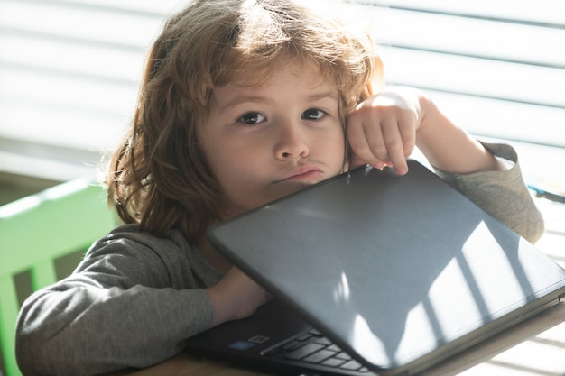 ノートブックを持つ悲しい子供。理解しにくい。学校に戻る。考える生徒。宿題。