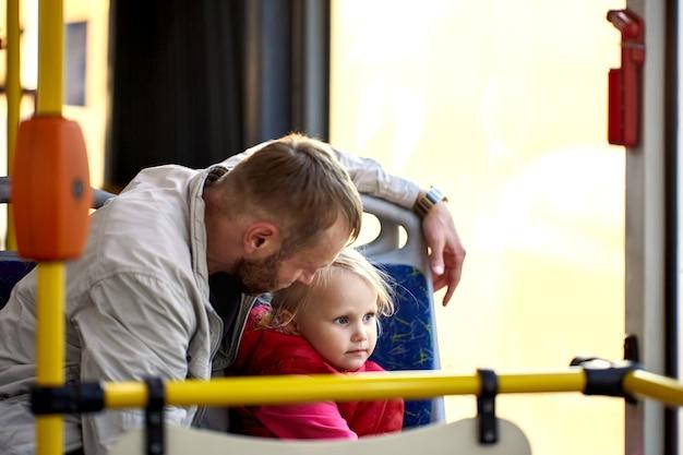 도시 버스에서 슬픈 어린 소녀는 그녀의 아빠 이야기를 듣는다