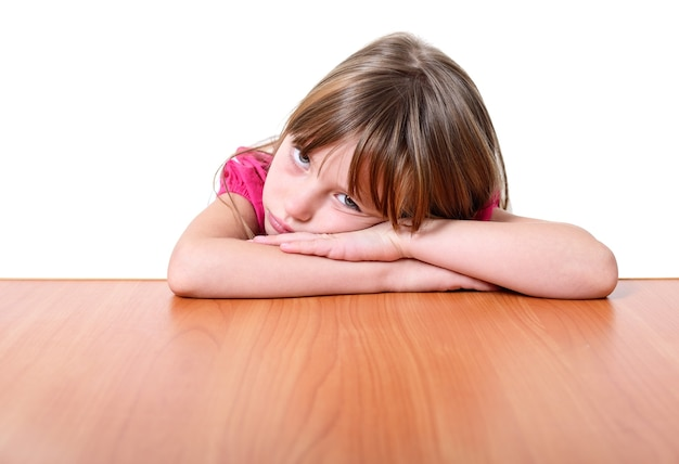 Унылая маленькая девочка изолированная на белой предпосылке.