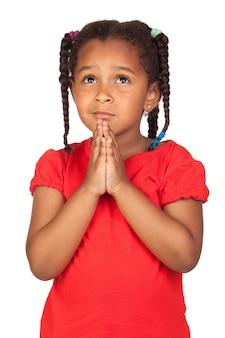 Грустная маленькая девочка молится за что-то, изолированные на белом