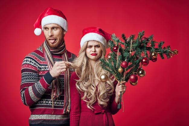 Грустный мужчина и женщина праздник неудовлетворенности рождество красный фон. фото высокого качества