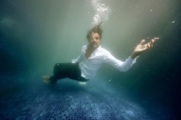 プールの水に溺れる悲しい男