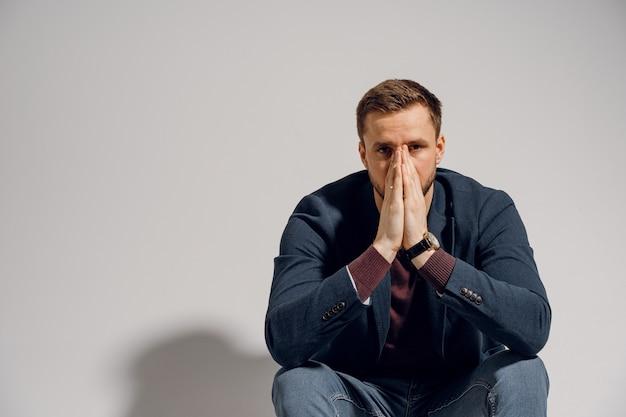 슬픈 남자는 우울증에 빠져 스트레스를 받았습니다. 감정적 인 남성.