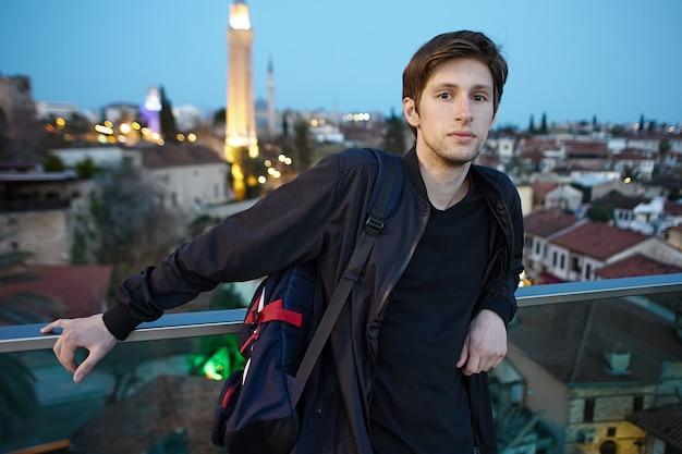 Грустный человек на смотровой площадке старого города в анталии, турция