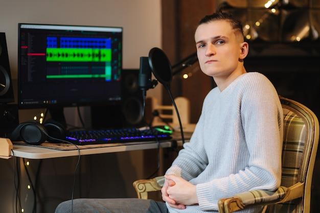 실패한 후 컴퓨터 앞에 앉아 다른 프로그램으로 작업을 측정하는 슬픈 남자 프리미엄 사진