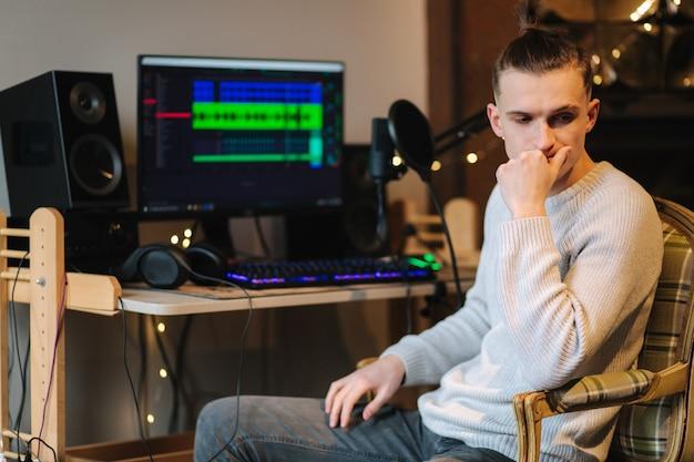 실패한 후 컴퓨터 앞에 앉아 다른 프로그램으로 작업을 측정하는 슬픈 남자