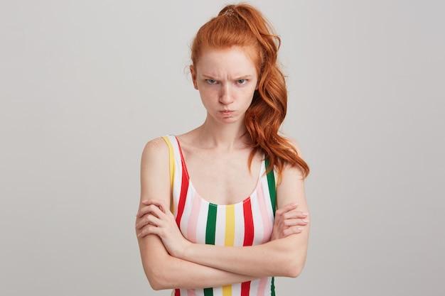 そばかすとポニーテールで悲しい気分を害した赤毛の若い女性