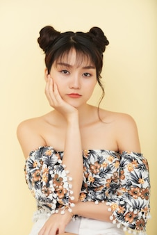 悲しいまたは退屈な若いアジアの女性