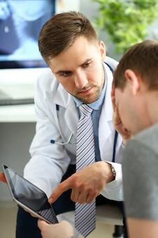 Грустный пациент в кабинете врача