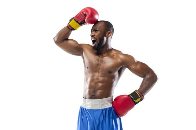 悲しい。白いスタジオの壁に分離されたプロのアフリカ系アメリカ人のボクサー。
