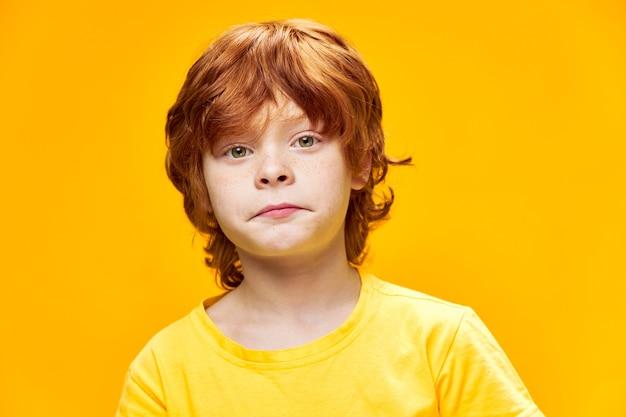 슬픈 빨간 머리 소년 노란색 티셔츠 얼굴 클로즈업 어린 시절 스튜디오