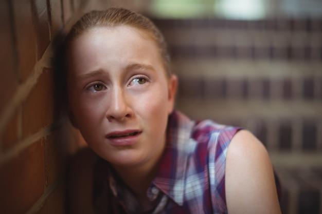 階段に一人で座っている悲しい女子高生