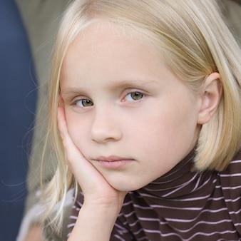 Грустная девочка-подросток - лицо крупным планом