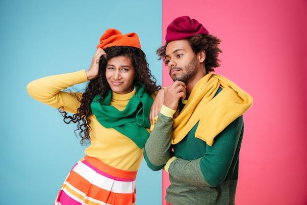 帽子とスカーフで悲しい疲れたアフリカ系アメリカ人の若いカップル