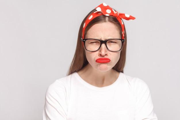 Печальный несчастный портрет красивой эмоциональной молодой женщины