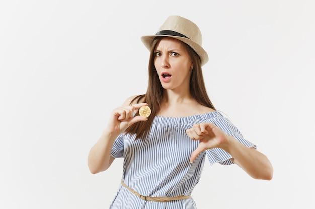 흰색 배경에 격리된 황금색 동전인 비트코인을 들고 엄지손가락을 치켜드는 슬픈 화난 예쁜 여성. 금융, 비즈니스, 온라인 가상 통화 개념입니다. 광고 영역입니다. 복사 공간