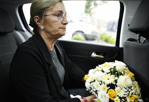 葬儀へ行く途中の悲しい未亡人