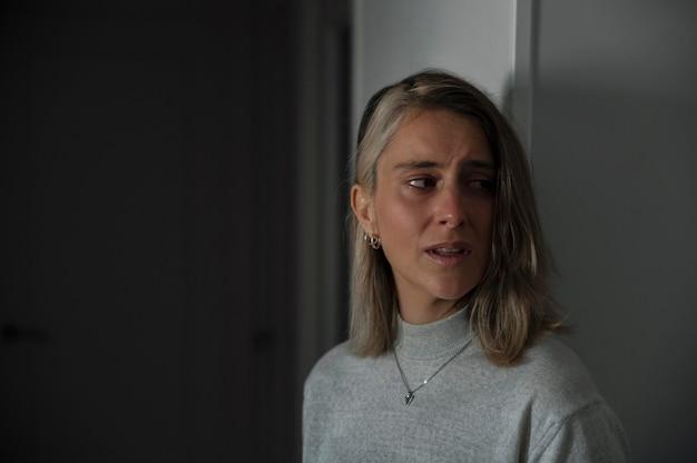 Грустная женщина плачет после драки с мужем