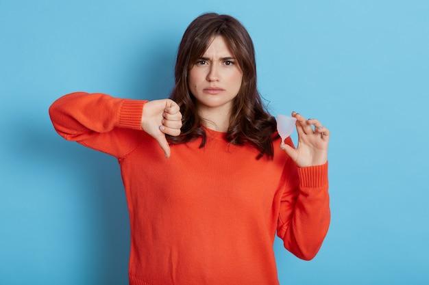 悲しい女性は彼女に合わない効果的な安全で手頃な月経カップを持っています、