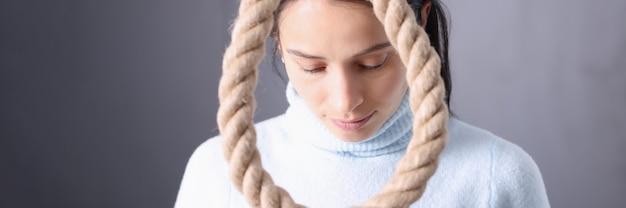 Грустная женщина сталкивается с самоубийственной петлей, самоубийством и самоубийством