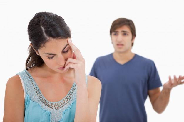 Грустная женщина злится на своего жениха