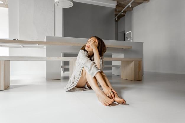 집에서 혼자 우울하게 앉아 슬픈 여자