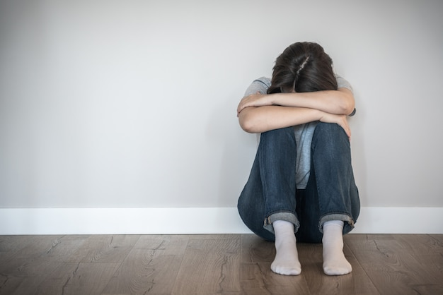 빈 방, 절망과 외로운 개념 복사 공간에 혼자 바닥에 앉아 슬픈 여자