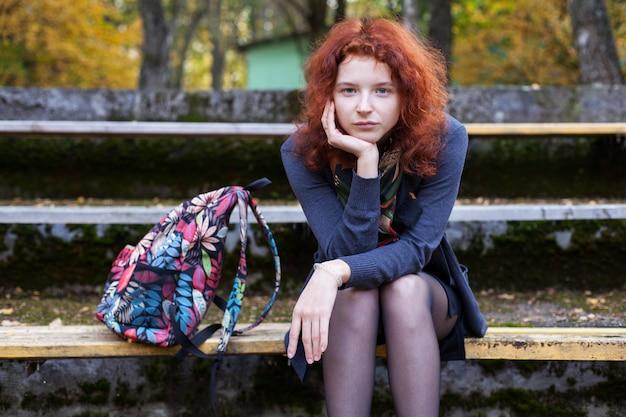 공원에서 벤치에 앉아 슬픈 여자