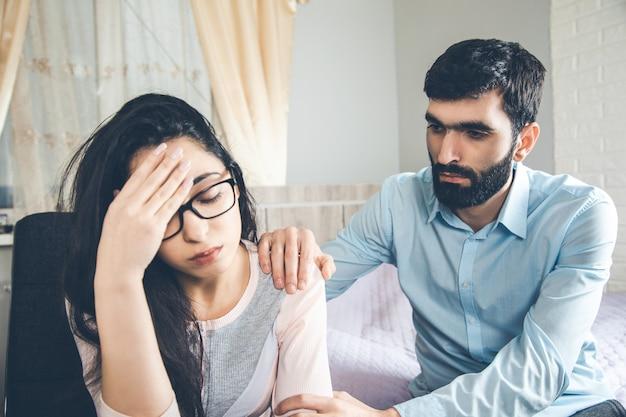 가정에서 남자와 슬픈 여자