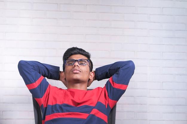 슬픈 젊은 남자는 의자에 혼자 앉아