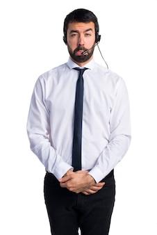 ヘッドセットを持つ悲しい若者