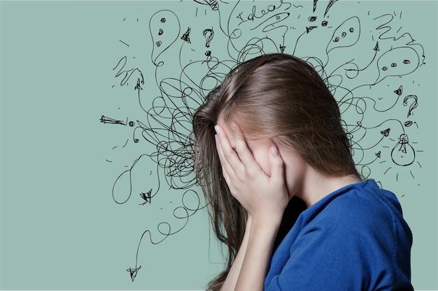 心配しているストレスの多い顔で悲しい青年