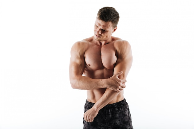 슬픈 젊은 운동가는 몸에 통증이 있습니다.