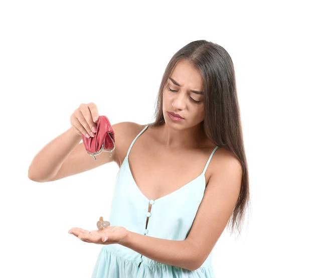 白の空の財布を持つ悲しい若い女性