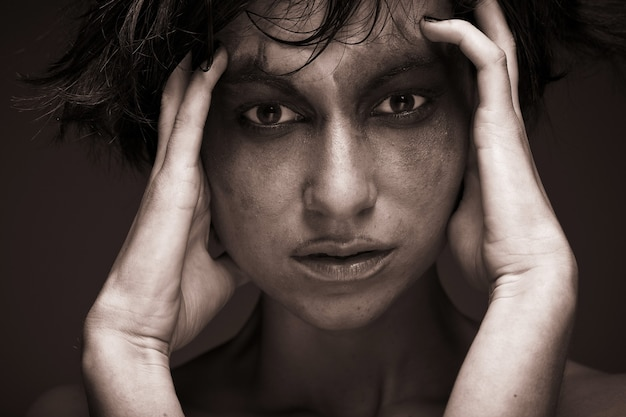비애. 우울증에 세로 젊은 여자. 크리 에이 티브 메이크업입니다.