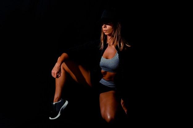 黒の背景に裸の背中を持つ悲しみの若い女性セクシーなボディの女の子の肖像画魅力的