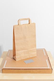 공예 가방과 피자 배달 남자 집에서 음식의 안전한 배달 흰색 배경에