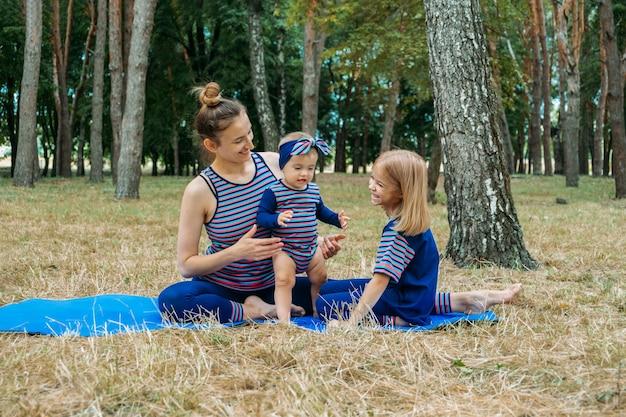 Безопасный тренажерный зал или занятия на открытом воздухе для всей семьи, чтобы оставаться в форме, занимаясь вместе в парках мама