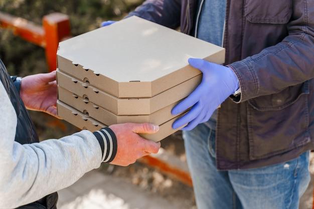 検疫期間中の安全なピザ配達