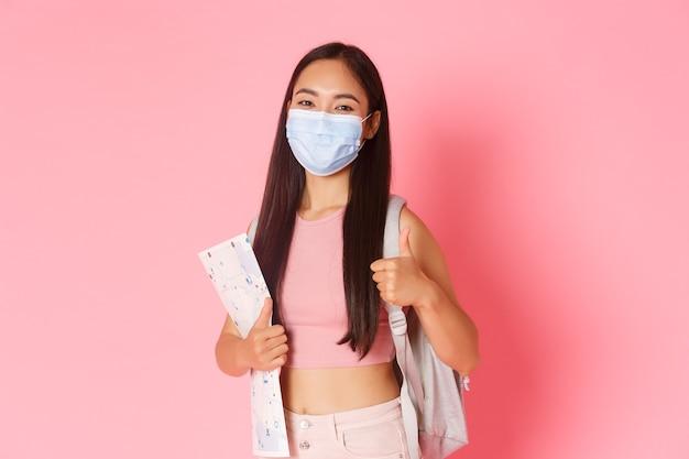 コロナウイルスのパンデミックの間に旅行し、ウイルスの概念の陽気なかわいいアジア人を防ぐ安全な観光...