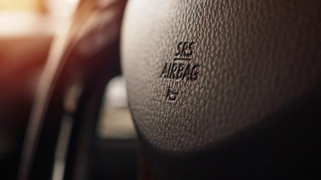 ホーンアイコンが付いた車のステアリングホイールに安全エアバッグサイン