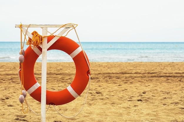 Безопасность на море спасательный круг на пляже с копией пространства