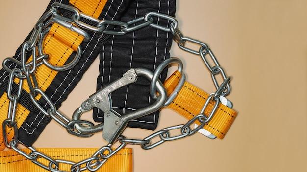 카라비너가 있는 고소 작업용 안전 벨트. 등산 및 건설을 위한 전문 안전 장비. 안전 예방 조치. 확대.