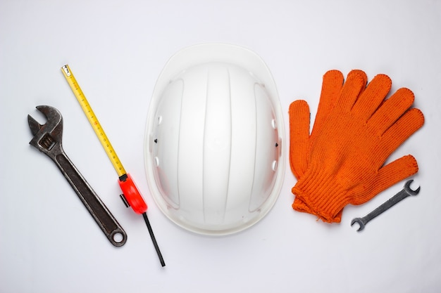 白い背景の上の安全装置と作業工具。上面図。