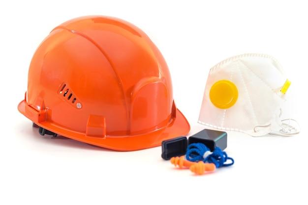 ヘルメット、呼吸器、耳栓、手袋を白で隔離した安全装置。大規模な産業企業の保護手段。
